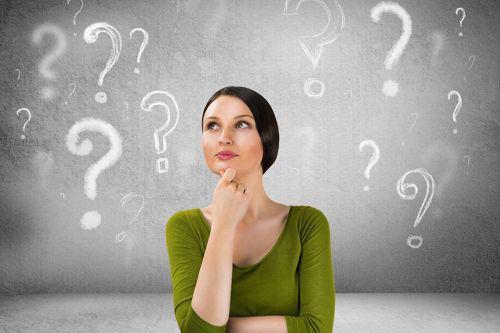 Foto: Frau mit Fragezeichen